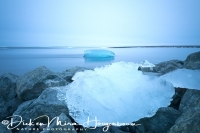joekulsarlon_ijs_op_rots_aan_het_strand_-_ice_on_rocks_at_the_black_beach_20150224_1364875775